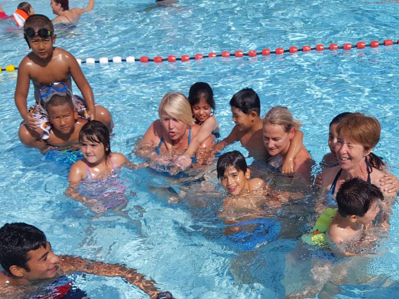 Schwimmkurs für Flüchtlingskinder im Freibad Ried